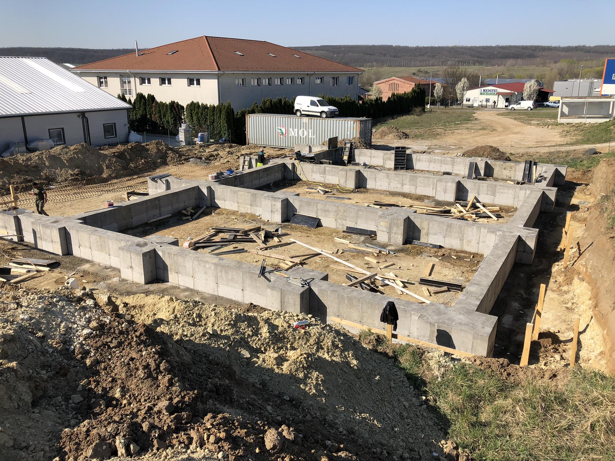 Ipari csarnok alapozás, közmű, út, támfal, betonszerkezetek készítése